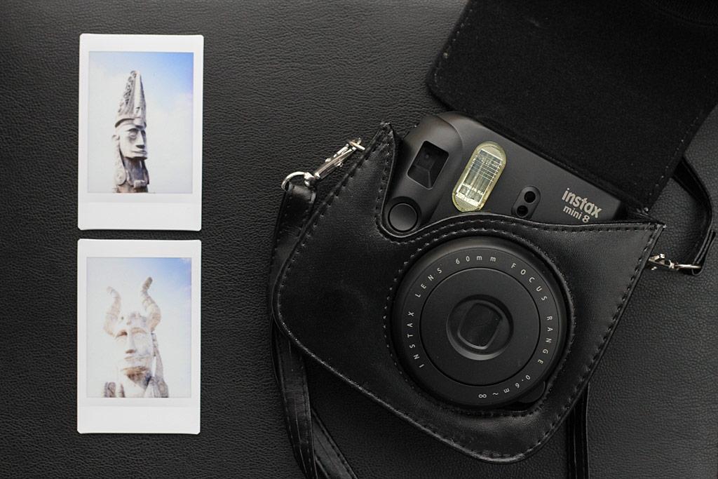 Fujifilm Instax Mini 8 dans sa sacoche noire
