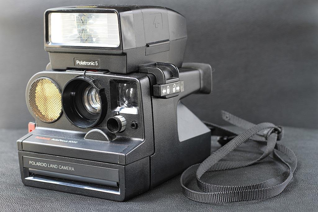 Le Polaroid AutoFocus 5000 équipé d'un flash Polatronic 5