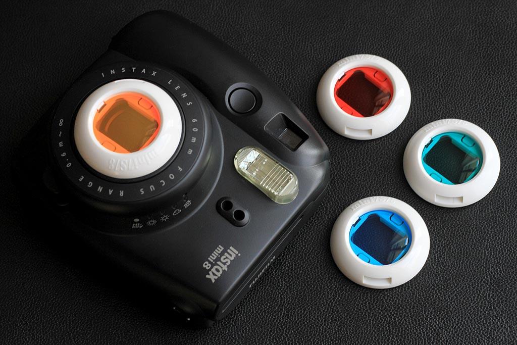 Les filtres de couleur se clipsent sur l'objectif de votre Instax Mini.