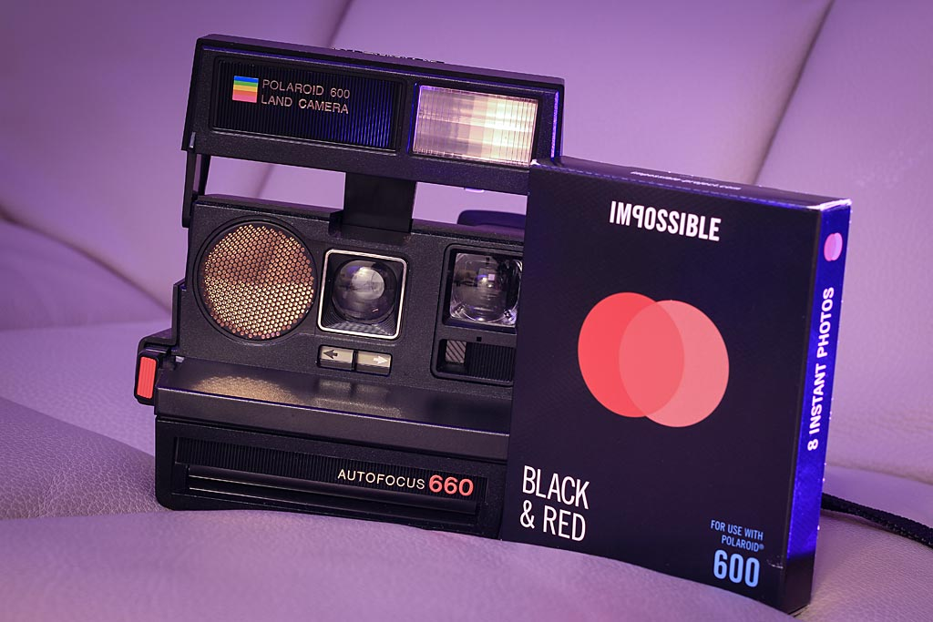Appareil Polaroid 660 Autofocus et Film Duochroe Impossible Project Duochrome Black & Red