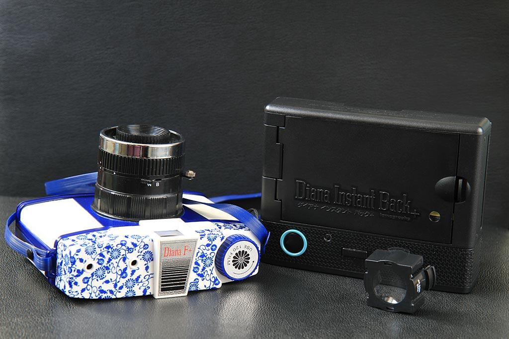 A gauche, le Diana F+. A droite, le kit Instant Back+, composé du dos et de la lentille, tous deux en plastique comme l'ensemble du Diana, d'ailleurs.