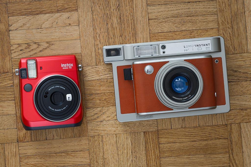 Appareils Instax Mini 70 et Lomo'Instant Wide côte à côte. Une grosse différence de taille et d'encombrement.