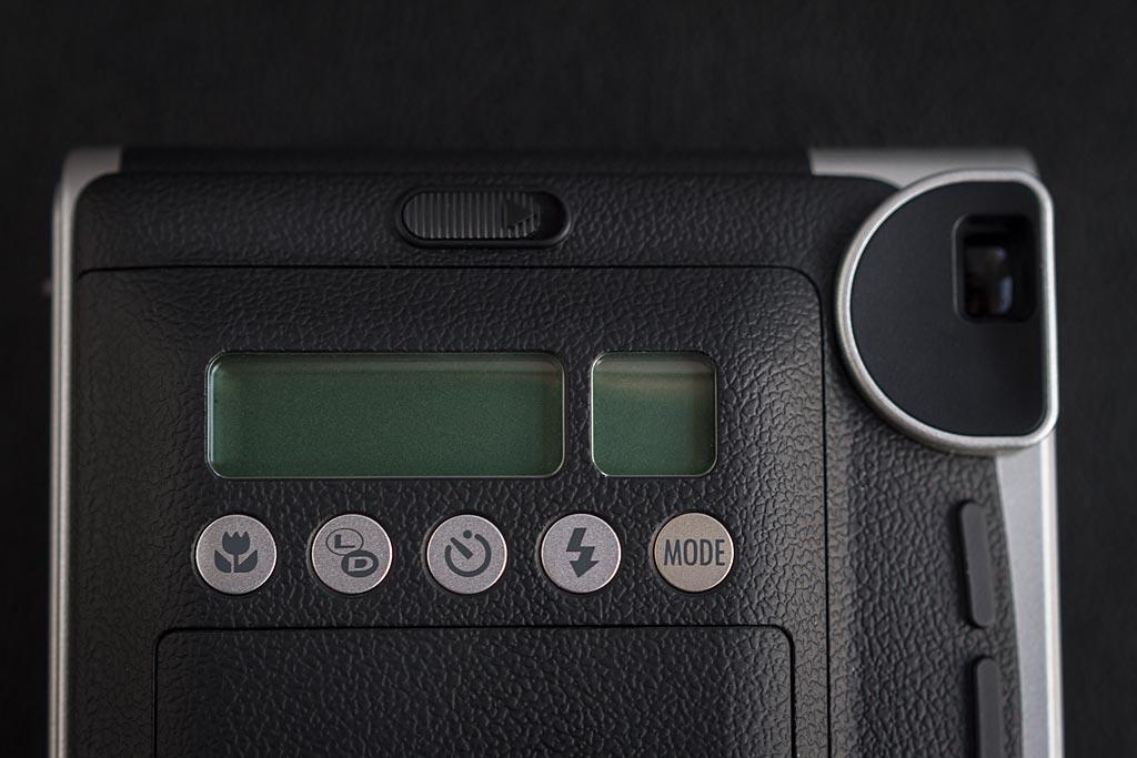 Toutes les fonctions de l'Instax Mini 90 Neo Classic sont regroupées au dos  du boîtier.