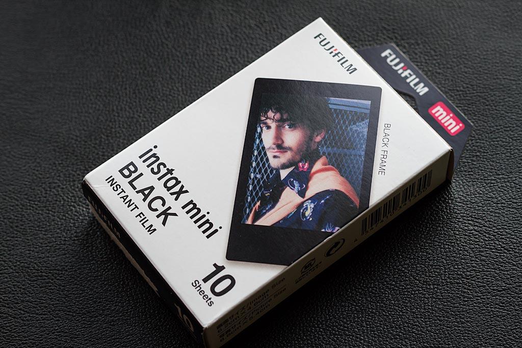 Le film Instax Mini Black prouve que Fujifilm sait, tout comme Impossible Project, innover avec des films créatifs.