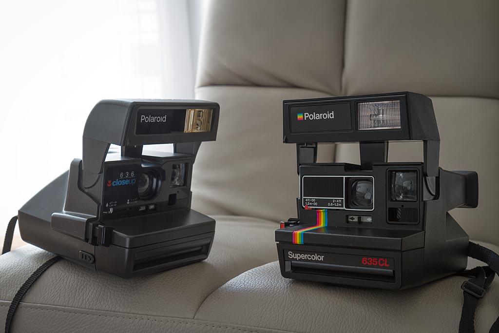 Les Polaroid 636 Close Up et 635 CL sont de proches cousins, qui se différencient essentiellement par leur design.