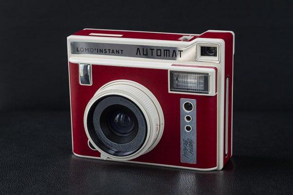 Appareil Lomo'Instant Automat de Lomography. Focntionne avec les films Instax Mini de Fujifilm.