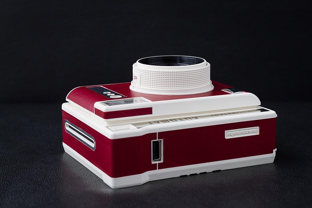 Comme sur le 90 Neo Classic de Fujifilm, les images sont éjectées sur le côté de l'appareil.