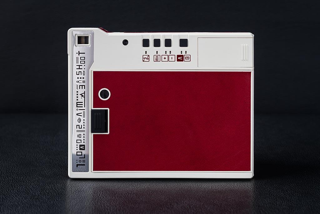 Le dos du Lomo'Instant Automat, qui donne accès aux fonctions principales, à la trappe de chargement de la cartouche de film et à celle des piles.