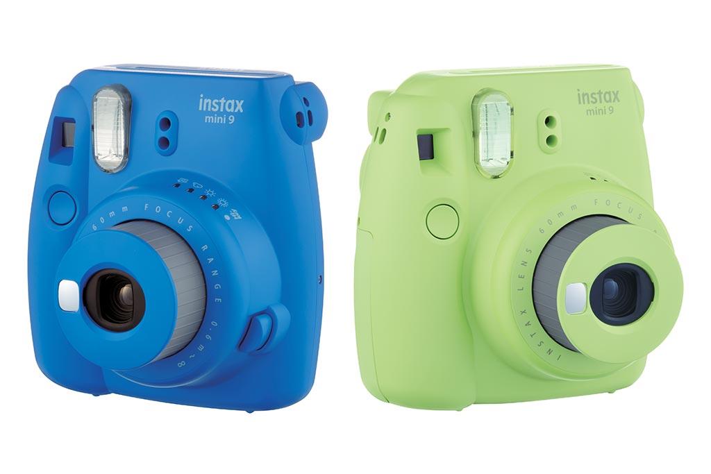 Bleu cobalt et vert citron, deux des  coloris disponibles au lancement de l'Instax Mini 9.