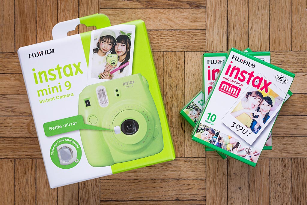 The packaging immediately sets the tone, literally and figuratively. The two new features (selfie mirror and close-up lens) are explicitly highlighted.