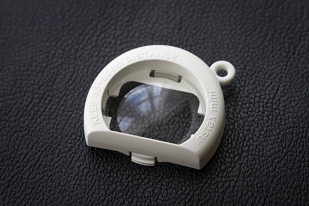 La lentille de close up est parfois un peu délicate à mettre et retirer. Vous devrez faire attention à ne pas la perdre.