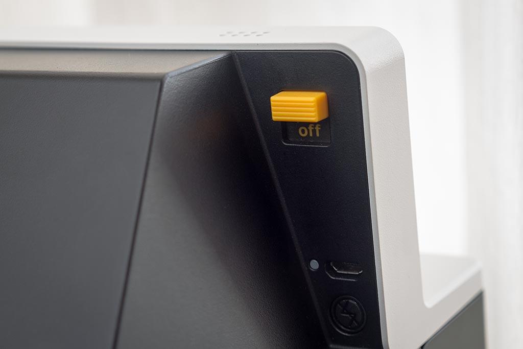 Placés au dos, de l'autre côté du déclencheur, se retrouvent le bouton d'allumage, la touche de désactivation du flash et la prise mini USB.