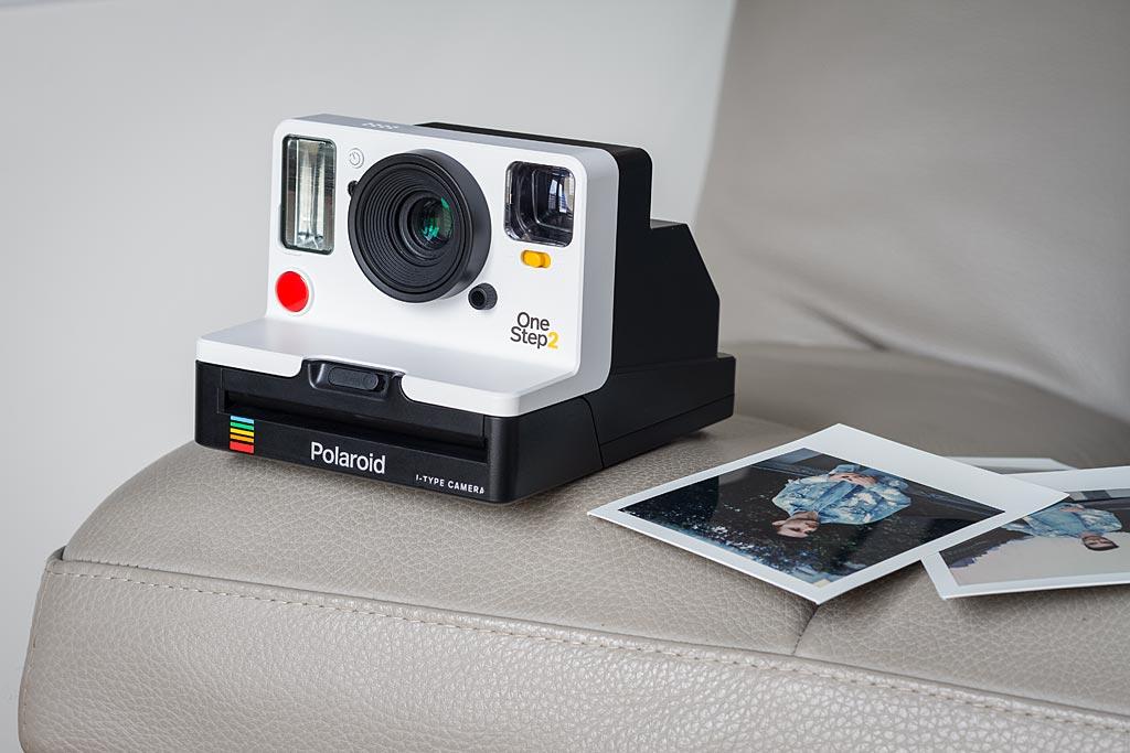 Le OneStep 2 joue à fond la carte de la ressemblance avec les anciens appareils de Polaroid et surfe sur la vague vintage.
