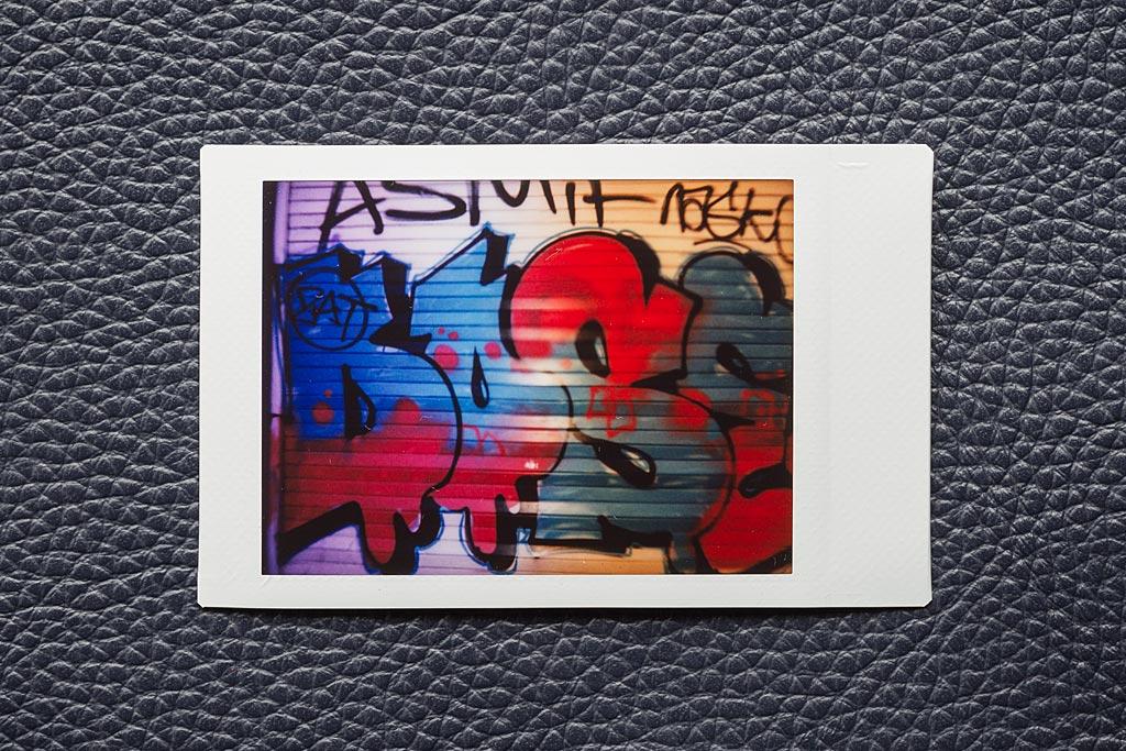 Cette photo a été prise avec un Instax Mini 9 et un filtre dégradé passant du violet à l'orange (transition visible de gauche à droite) acheté chez Urban Outfitters.