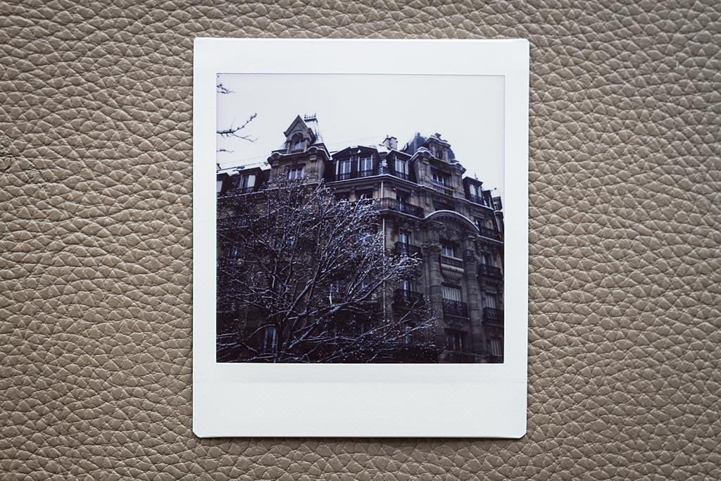 La neige tombait sur Paris quand j'ai pu essayer le Lomo'Instant Square. Les immeubles haussmanniens s'étaient couverts d'un grand manteau blanc.