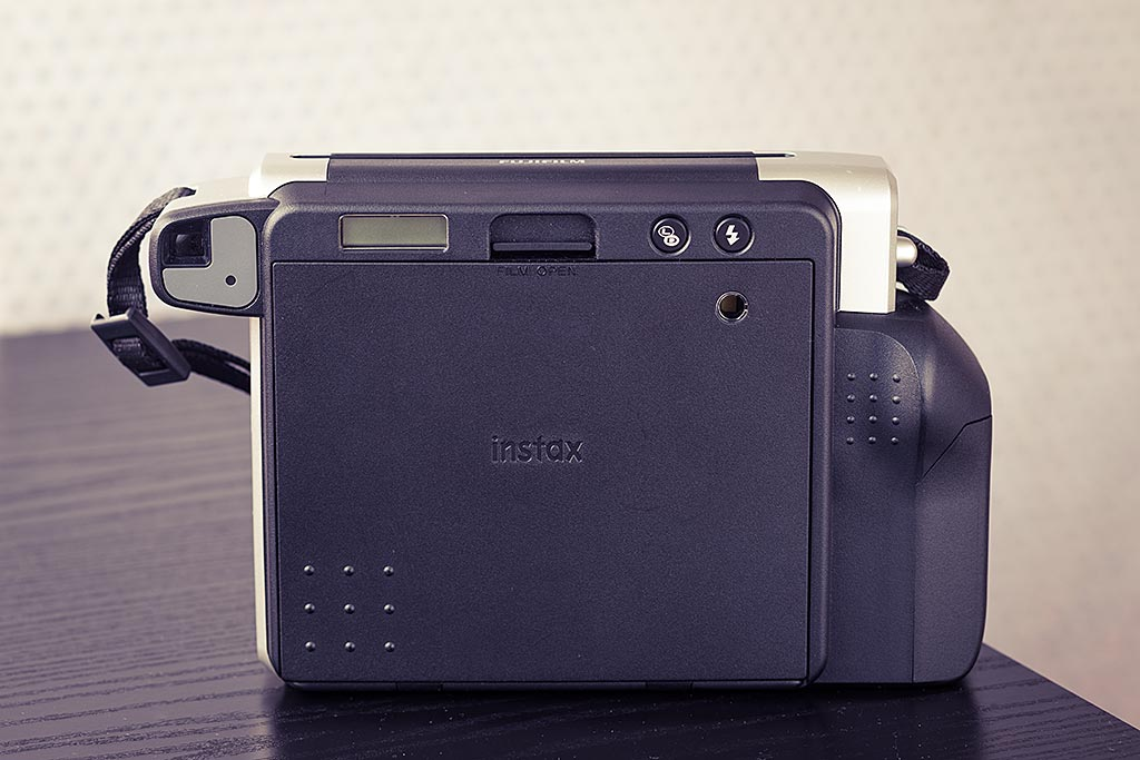 The Instax Wide 300 will not confuse you with a plethora of features. The few available options are gathered on the back of the camera.