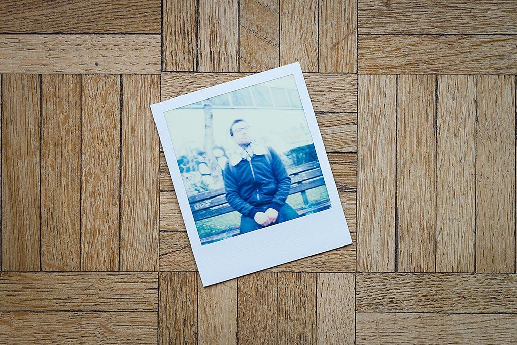 Cette photo d'un bon pote, prise par temps gris, est irrémédiablement floue. Pas une bonne pioche pour mes albums, mais un candidat parfait pour notre petite expérimentation.