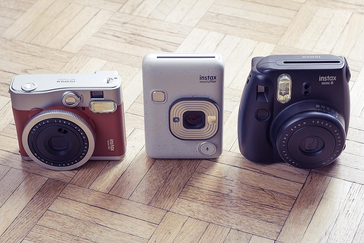 Le Mini LiPlay aux côtés de deux de ses compères de la gamme Instax Mini :l'Instax Mini 9 et l'Instax Mini 90 Neo Classic.
